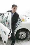 タクシーに乗り込む田中幸雄